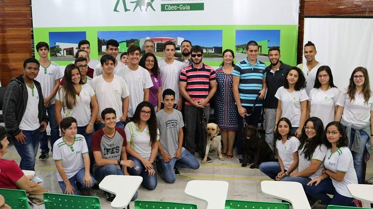 Entrega oficial dos 6º e 7º cães-guia treinados pelo Centro de Formação de Treinadores e Instrutores de Cães-Guia do Campus de Alegre